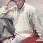 Вязаный белый пуловер с рельефными косами, поперечными полосами и ромбами