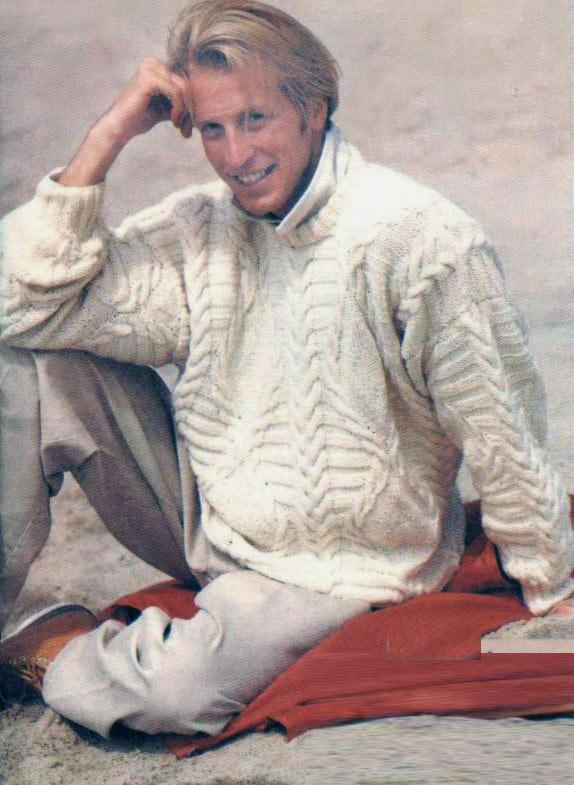 Белый пуловер с рельефными «косами», поперечными полосами и ромбами