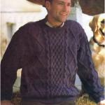 Синий пуловер с узором из кос