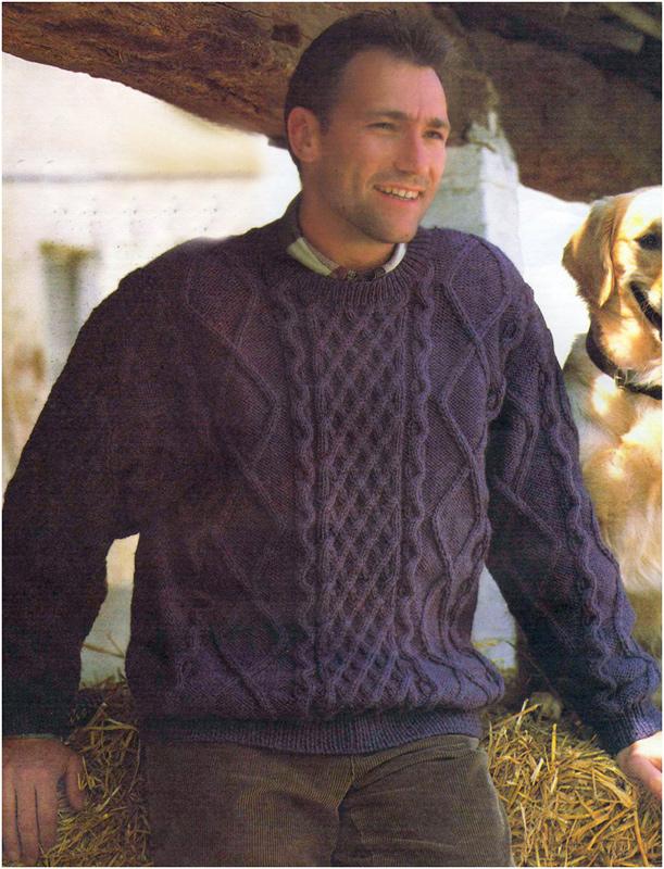 Синий пуловер с узором из «кос»