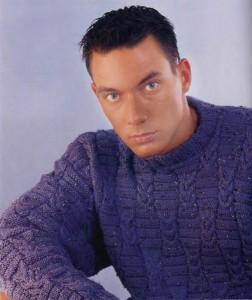 Синий пуловер в крапинку