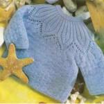 Голубой вязаный пуловер с круглой кокеткой