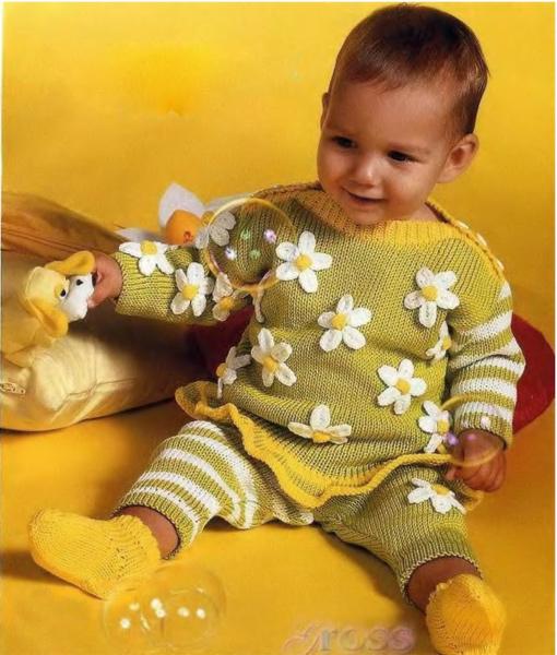 Пуловер с ромашками, штанишки и носочки