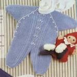 Вязаный голубой комбинезон для новорожденного