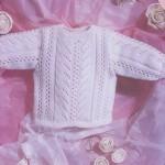 Белый пуловер с запахом на спинке