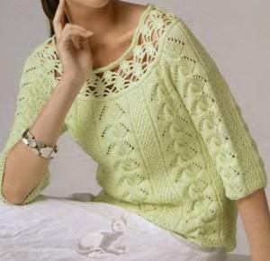 Зеленый пуловер с горловиной, обвязанной крючком