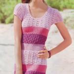 Полосатое вязаное узорчатое платье цвета розового дерева
