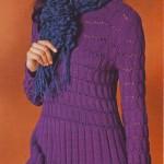 Туника с длинными рукавами связана великолепным рельефным узором из фиолетовой пряжи