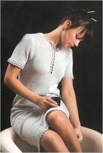 Серое платье с ажурной отделкой