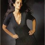 Черное вязаное платье с глубоким декольте