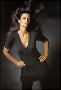 Черное платье с глубоким декольте