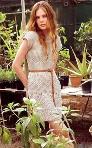 Бежевое вязаное платье