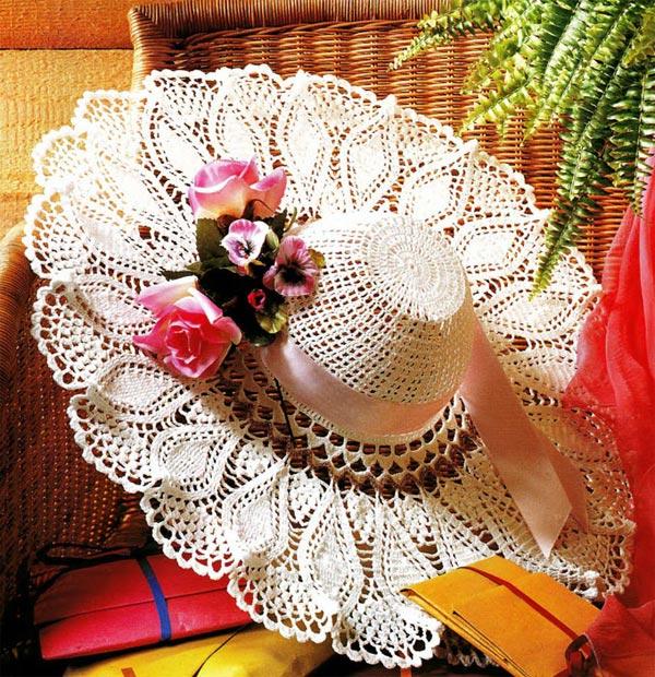 Вязаная крючком шляпка, украшенная букетиком цветов | Вязание