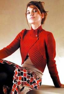 Красное вязаное болеро с двубортной застежкой