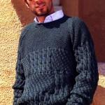 Мужской пуловер с узором из кос и жемчужным узором