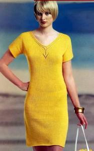 Желтое вязаное платье с ажурной горловиной
