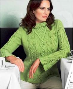 Зеленый пуловер с косами и шишечками