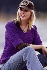 Узорный пуловер ежевичного цвета с короткими рукавами