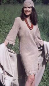 Комплект: вязаное платье и шапочка крючком