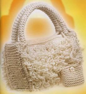 Вязаная сумочка с вытянутыми петлями