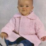 Розовое вязаное пальто для малыша крючком