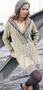Вязаное платье с полосатыми планками и берет
