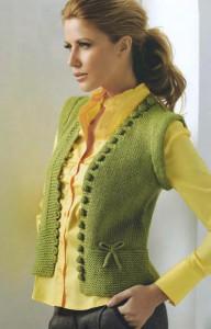 Вязаная зеленая жилетка
