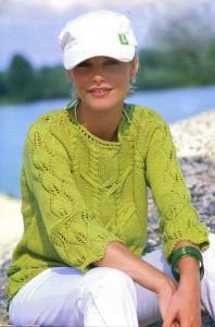 Вязаный зеленый пуловер с листьями на планках