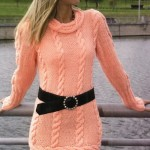 Вязаное платье с поперечной каймой