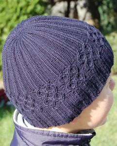 Вязаная шапочка для мальчика на лето