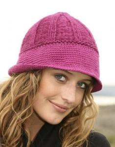 Вязаная шапка спицами с широкими полями