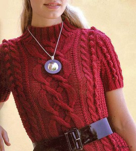 Красное вязаное платье с косами