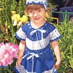 Синее вязаное крючком платье и шапочка для девочки