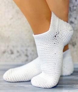 Белые носочки, связанные крючком