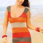 Летнее вязаное платье из широких полос