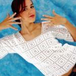 Легкий белый пуловер в греческом стиле